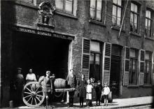 Familie Vanneste 1925 aan de voorgevel in de Langestraat