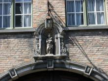 Mariabeeld boven de ingang van brouwerij De Gouden Boom